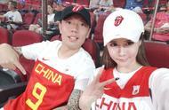 神仙颜值!中超球星携妻子亮相男篮世界杯,32岁妻子是网红