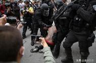 周六美国波特兰爆发示威游行并引起暴力冲突,这是现场照片