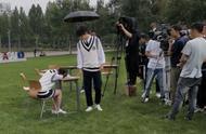 肖战和宋祖儿合作新短片,肖战穿学士服现身校园,和祖儿对视很甜