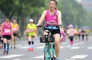 两名女子骑共享单车参加半程马拉松 被取消成绩