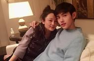 50岁陈红和儿子合影,母子依偎超幸福,儿子帅气颜值高