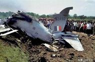 印度空军炫技坠机,飞行员跳伞挂电线上,落地急忙给老婆报平安