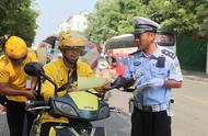 确山交警携手文明交通志愿者开展文明交通劝导活动