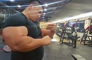 韩国巨臂哥停止炫富,展示真正实力,徒手夹爆西瓜