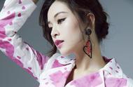 她是杨颖当模特时的闺蜜,穿波点裙坐地上,烟熏妆配红唇魅力十足