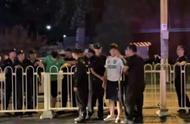 冲突升级!谩骂+砸水瓶+围堵,国安球迷太不理智,被警察带走