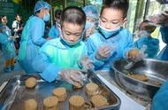 黔灵山公园熊猫过中秋,吃上专属月饼!