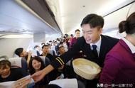 《中国机长》万米高空首映礼 主创现身为乘客服务