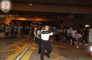 """""""都是中国人,打也不是,不打也不是"""",香港这位举起枪的光头警长,没想过一句话感动很多人"""