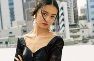 16岁木村光希,显然没能遗传妈妈的女人味,穿上裙装有点尴尬
