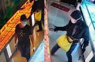 网传抓获不实!鄂尔多斯一金店遭持枪抢劫 两名嫌疑人仍在抓捕中