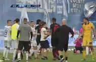 欧战赛场曝出丑闻!主裁判遭球迷袭击,烟火和打火机成元凶