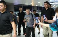 岳云鹏现身机场被男粉丝当众表白,回应:让你们失望了