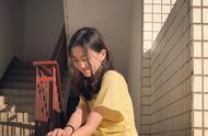 13岁李嫣晒近照用头发遮住嘴唇,涂大红色指甲油少女气息满满