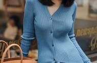 """秋季最美的""""女神穿搭"""",不对称蓝色针织衫搭配半身裙,气场全开"""