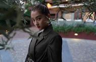 米兰时装周关晓彤出尽风头,黑色蕾丝裙性感,配军绿色西服有质感