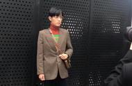肖战米兰时装周,一身红绿撞色的高领毛衣有趣而不失帅气
