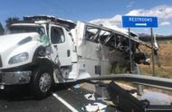 载中国游客大巴美国发生车祸,致4死20多死伤,现场一片狼藉
