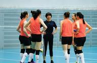 6连胜的中国女排为何能成功?看看郎平是怎么教队员的,以身作则