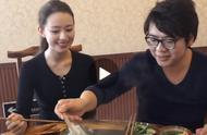 朗朗和妻子体验重庆火锅,郎朗高甜宠妻帮捞肉,吉娜竖起大拇指