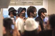 陈情令男团抵达泰国,粉丝通宵排队场面火爆,应援海报超沙雕