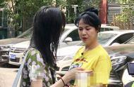 郑爽和妈妈同框现身录制节目,郑爽妈妈空气刘海丸子头超年轻