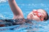 游泳老师罚站孩子一节课一个多小时