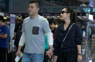 Qin Hailu and husband Wang Xinjun are fit show a body two people pull hand whisper closely to drop d