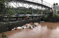 乐山城区路面积水减退,沿街众多商户停业清淤