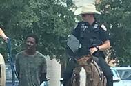 """白人骑警绳牵上铐黑人""""游街""""遭曝光 民众怒斥:200年前奴隶制再现?"""