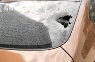 """小车后挡风玻璃被砸穿""""元凶""""竟是上方的高架"""