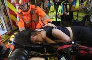 香港机场举美国旗殴打付国豪男子被警方逮捕