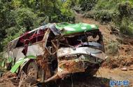 中国旅游团在老挝遭遇车祸 13人遇难