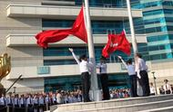 超燃!今晨巨幅五星红旗在金紫荆广场飘扬,每个人都是护旗手