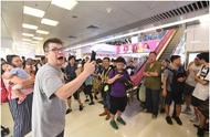 香港男教师在商场唱国歌被打,警方接报案正追缉3名男子