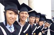 李现大学毕业照曝光,身后的女同学颜值很抢镜,什么神仙班级?