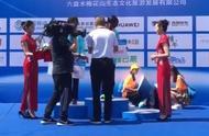 没人性!六盘水马拉松强行颁奖不顾选手晕倒在地,仅志愿者搀扶