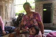 印尼父母买不起奶用廉价咖啡代替,孩子每天喝1.5升总玩到深夜