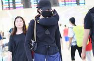 Guan Xiaotong wears black T to build comfortable trousers recreational and comfortable, temperament