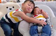 胡杏儿首晒二胎儿子睡颜照片,哥哥从来不吃醋怀抱弟弟互动有爱