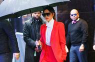 维多利亚·贝克汉姆身穿一套红色西装,整体造型狂吸眼球