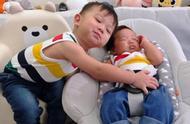 胡杏儿首晒二胎睡颜照可爱呆萌,哥哥从来不吃醋怀抱弟弟古灵精怪