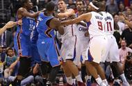 场面混乱!WNBA两队爆发激烈冲突,这场面不完全不输NBA