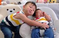 胡杏儿二胎儿子正面照,和哥哥奕霆穿兄弟装,乖巧睡姿好可爱