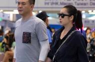 秦海璐罕见与丈夫合体走机场,扎马尾穿裙装,41岁气质很出众