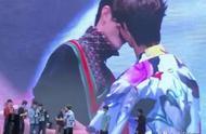 陈情令泰国粉丝见面会,肖战与王一博的互动,让现场粉丝沸腾