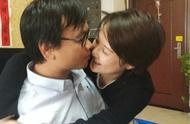 46岁袁立秀恩爱成瘾,晒完亲吻照,又晒纹身,如今秀小孩照引热议