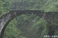 贵州古桥下的一把古剑,虽然价值连城无人看管,却至今无人敢拿