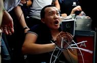 """""""我支持香港警察,但没有人可以打我!"""""""