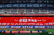 70名大连国脚带领球迷歌唱祖国